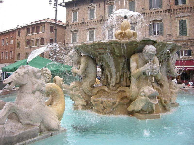 Pesaro,_fontana_di_piazza_del_popolo_05