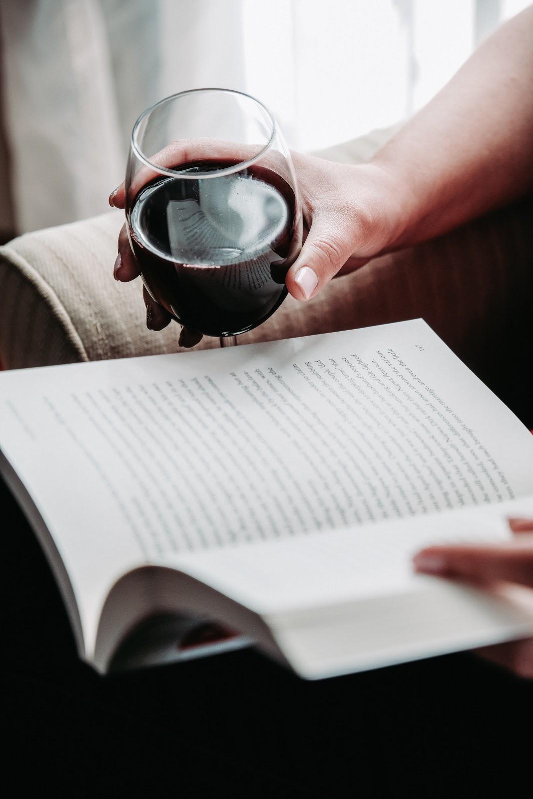Zo haal je Italië naar Nederland - Rode wijn met boek
