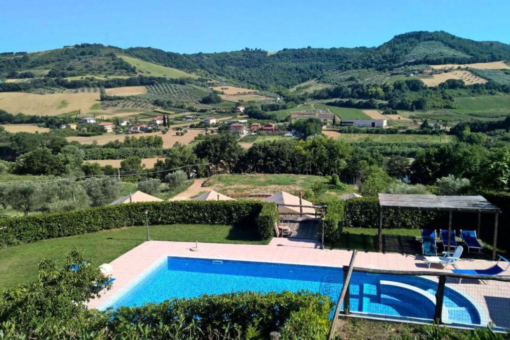 Het Countryhouse IL Girasalo tussen de heuvels van Le Marche.