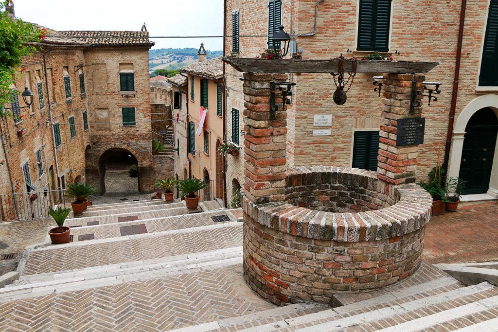 De beroemde trap van Corinaldo in een van de leukste steden van Le Marche
